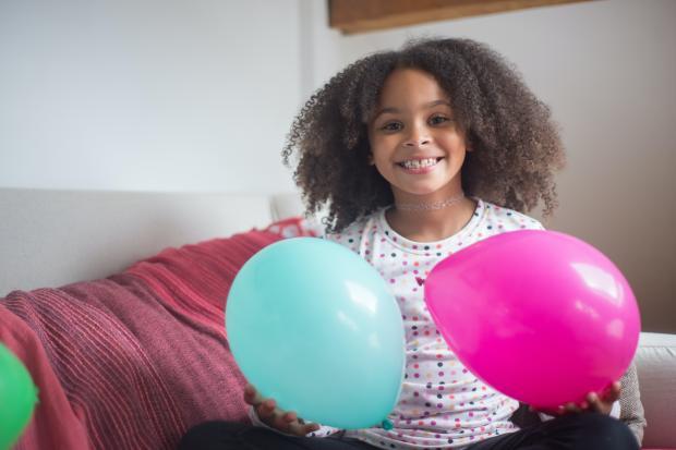 кудрявая девочка с воздушными шарами
