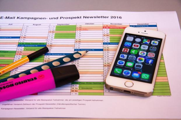 календарь, ручки, маркеры, телефон