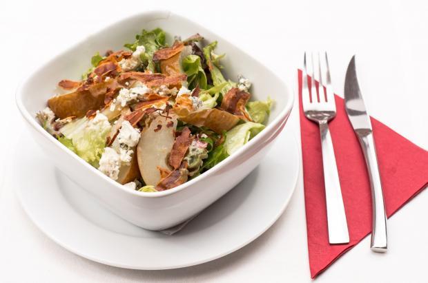 мисочка с салатом, вилка, нож