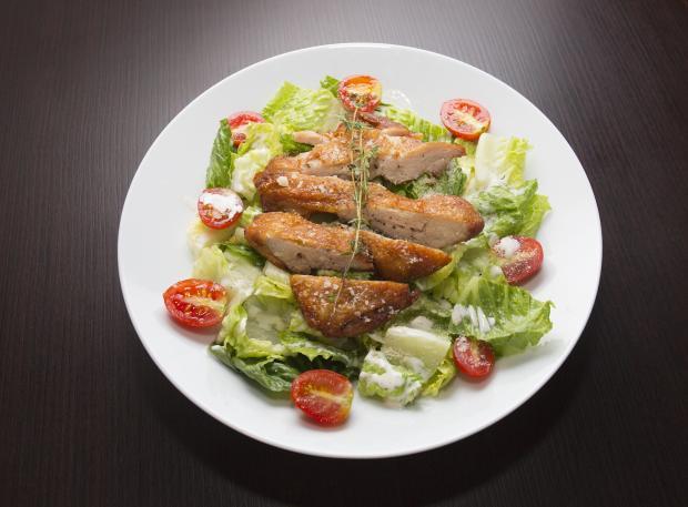 курица на листьях салата, помидоры