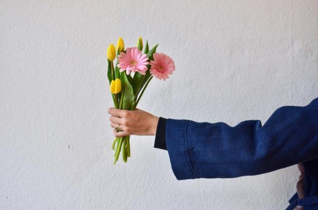 рука с букетом цветов