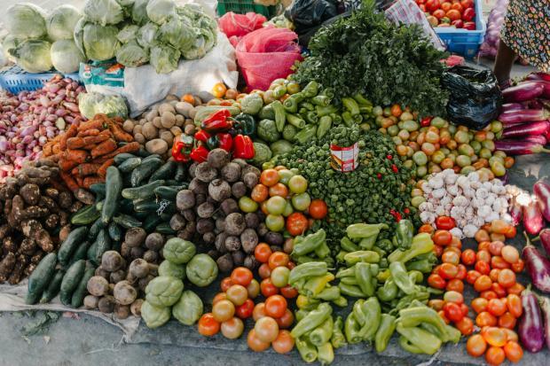 разнообразные овощи и зелень на рынке