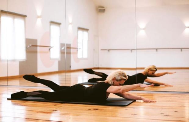 упражнение пилатес в положении лежа