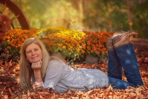 блондинка лежит на осенней листве