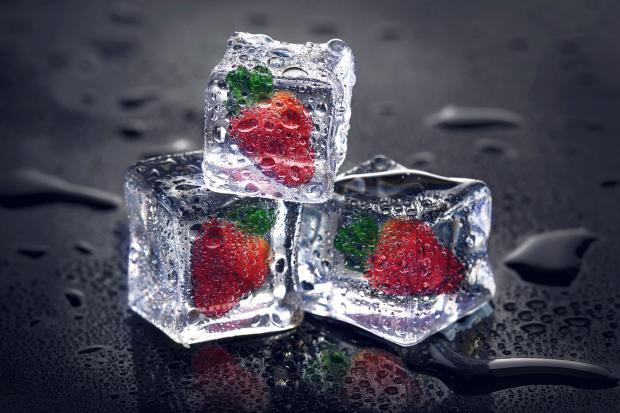 кубики льда с клубникой