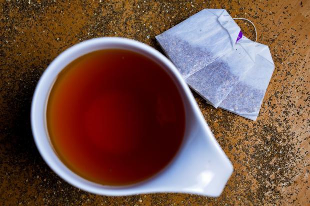 чай в чашке, чайные пакетики