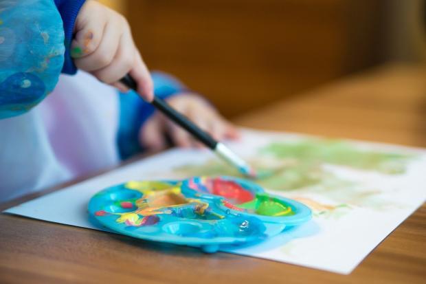 ребенок рисует акварелью