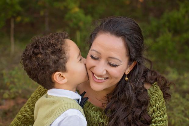 мальчик целует маму в щеку