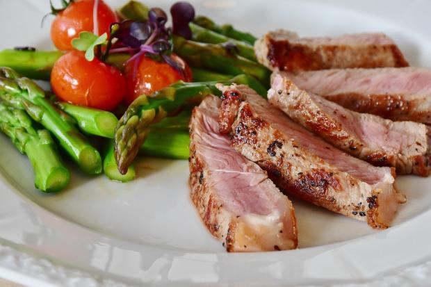 стейки с овощами на белой тарелке