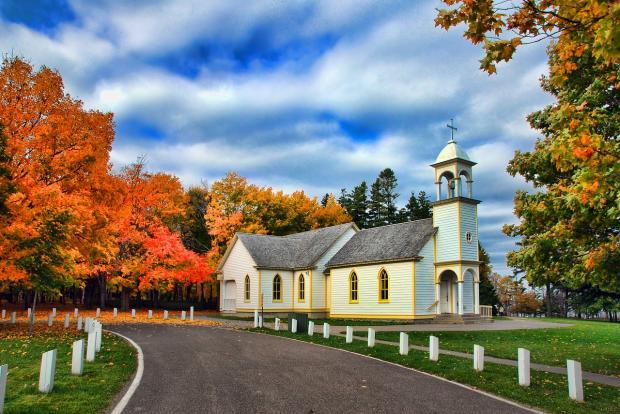 церковь среди осеннего пейзажа
