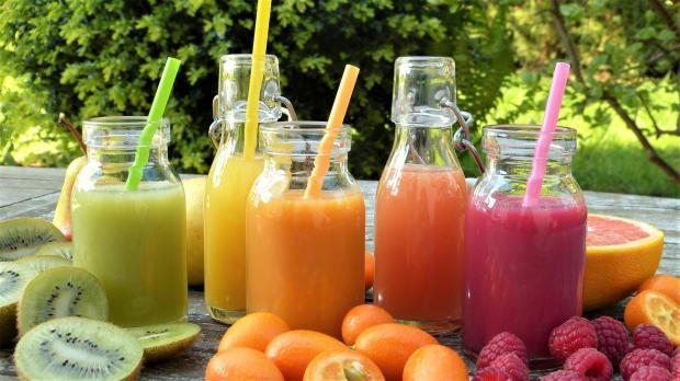 фруктовые соки в банках и стаканах с трубочками