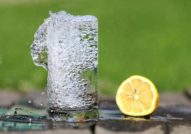 стакан воды, половинка лимона