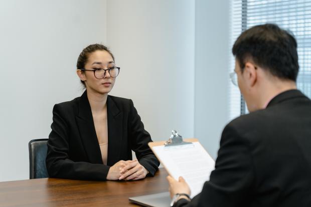 женщина собеседовании в офисе