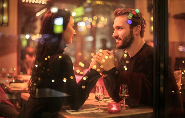 мужчина и женщина на свидании в кафе, вечерние огни