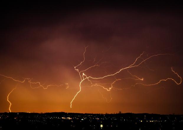 молнии над городом