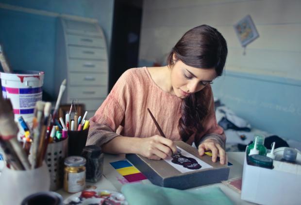 девушка рисует, краски, кисточки