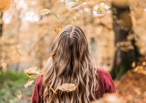 длинноволосая девушка в осеннем парке