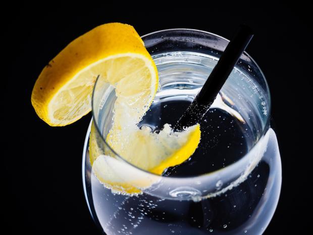 стакан воды, трубочка, кружок лимона