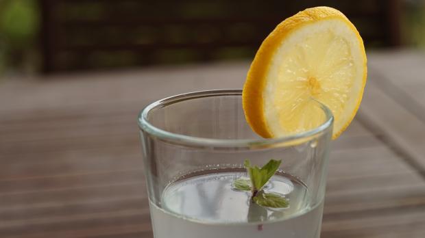 стакан  воды с водой