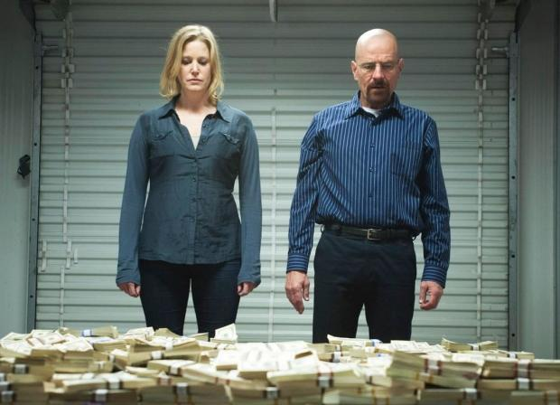 два человека возле кучи денег