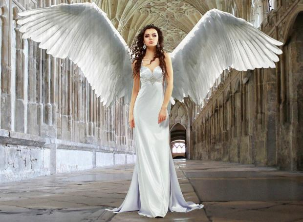 девушка в белом платье с крыльями ангела за спиной
