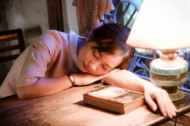 девушка дремлет на столе