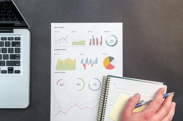 ноутбук, график, блокнот и ручка