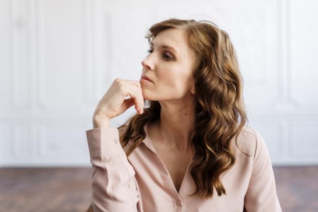 задумчивая девушка с длинными волосами