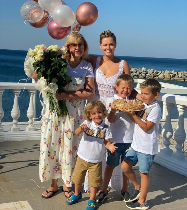Мария Кожевникова с мамой и сыновьями