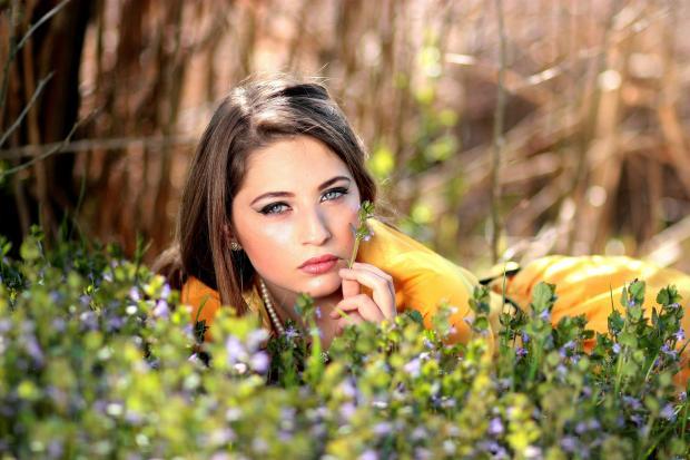 девушка лежит среди цветов