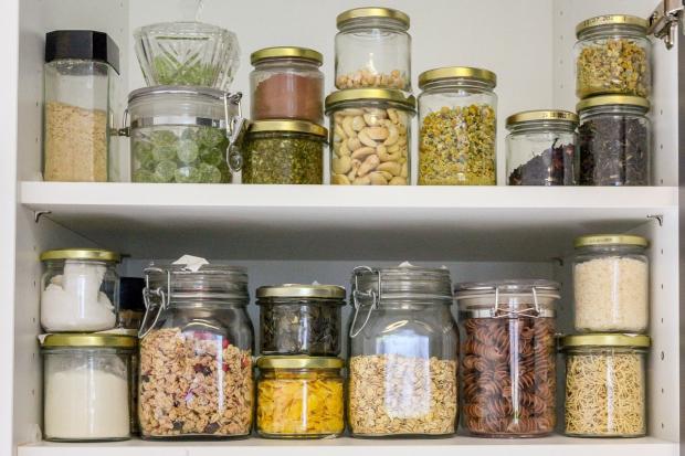 на полках стоят продукты в стеклянных банках