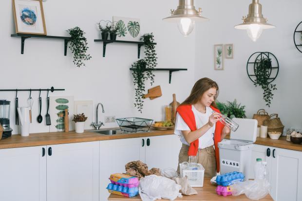 девушка наводит порядок в кухне