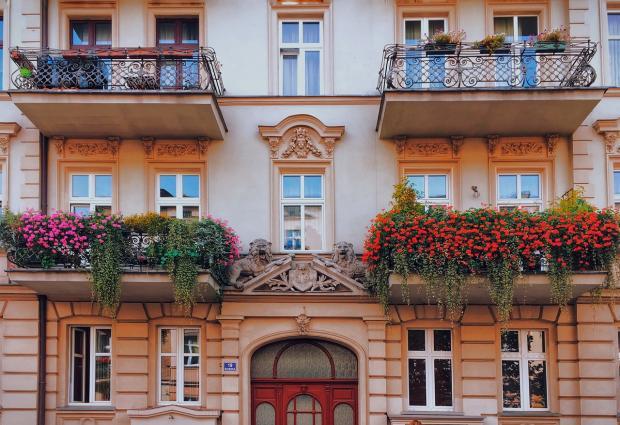 дом с утопающими в цветах балконами