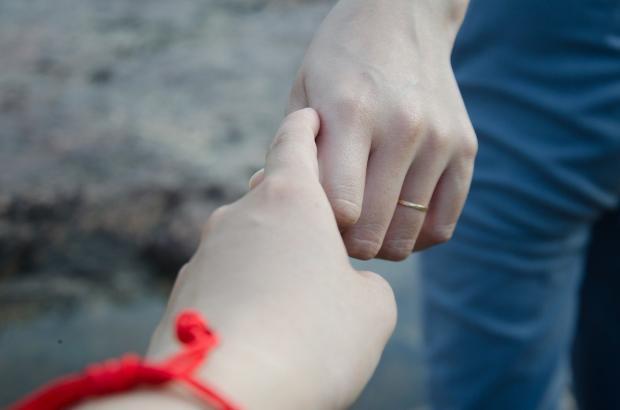 люди держат друг друга за руку