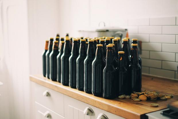 пивные бутылки на полке