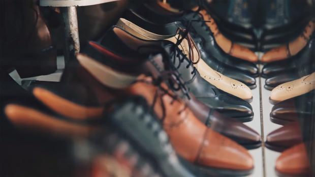 мужские туфли разных цветов