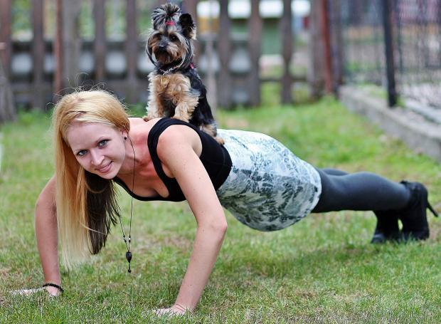 девушка отжимается, собака на спине
