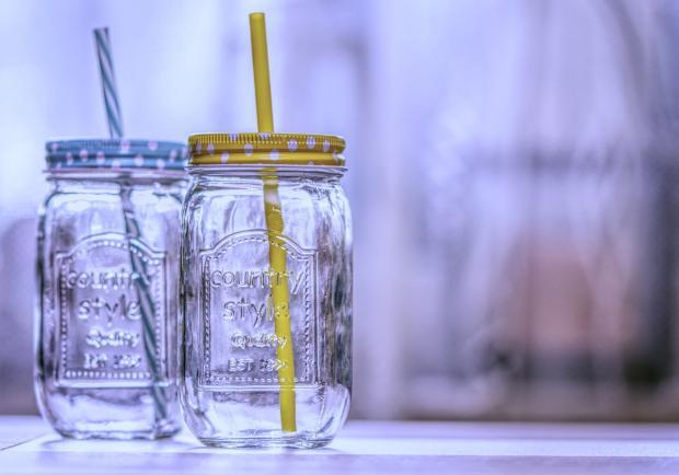 стеклянные банки с соломинками для питья