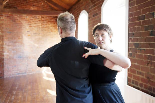 пара танцует  в старинном замке