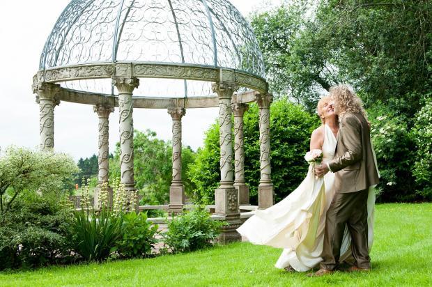 мужчина с женщиной танцуют на зеленой траве