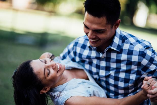 мужчина в синей клетчатой рубашке и женщина в белой блузке танцуют