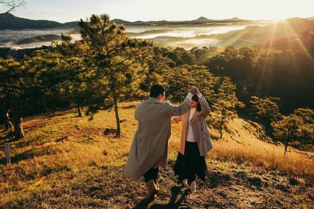влюбленные танцуют на природе осенью
