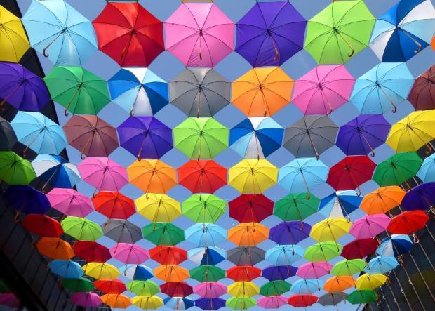 разноцветные зонтики в голубом небе