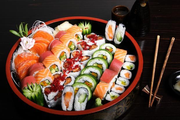 блюдо с японскими суши