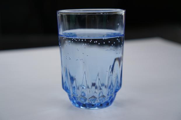 стакан с водой на столе
