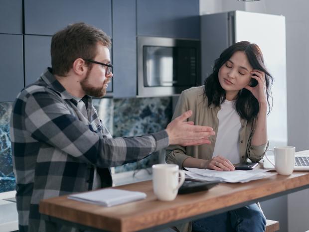 мужчина в очках и женщина о чем-то спорят