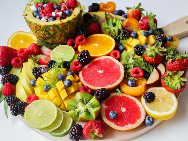блюдо с фруктами и ягодами
