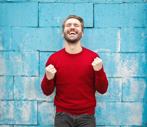 радостный мужчина в красном свитере