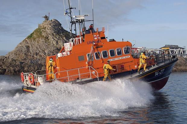 спасательный катер на воде