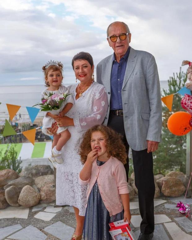 Эммануил Виторган с женой и дочками